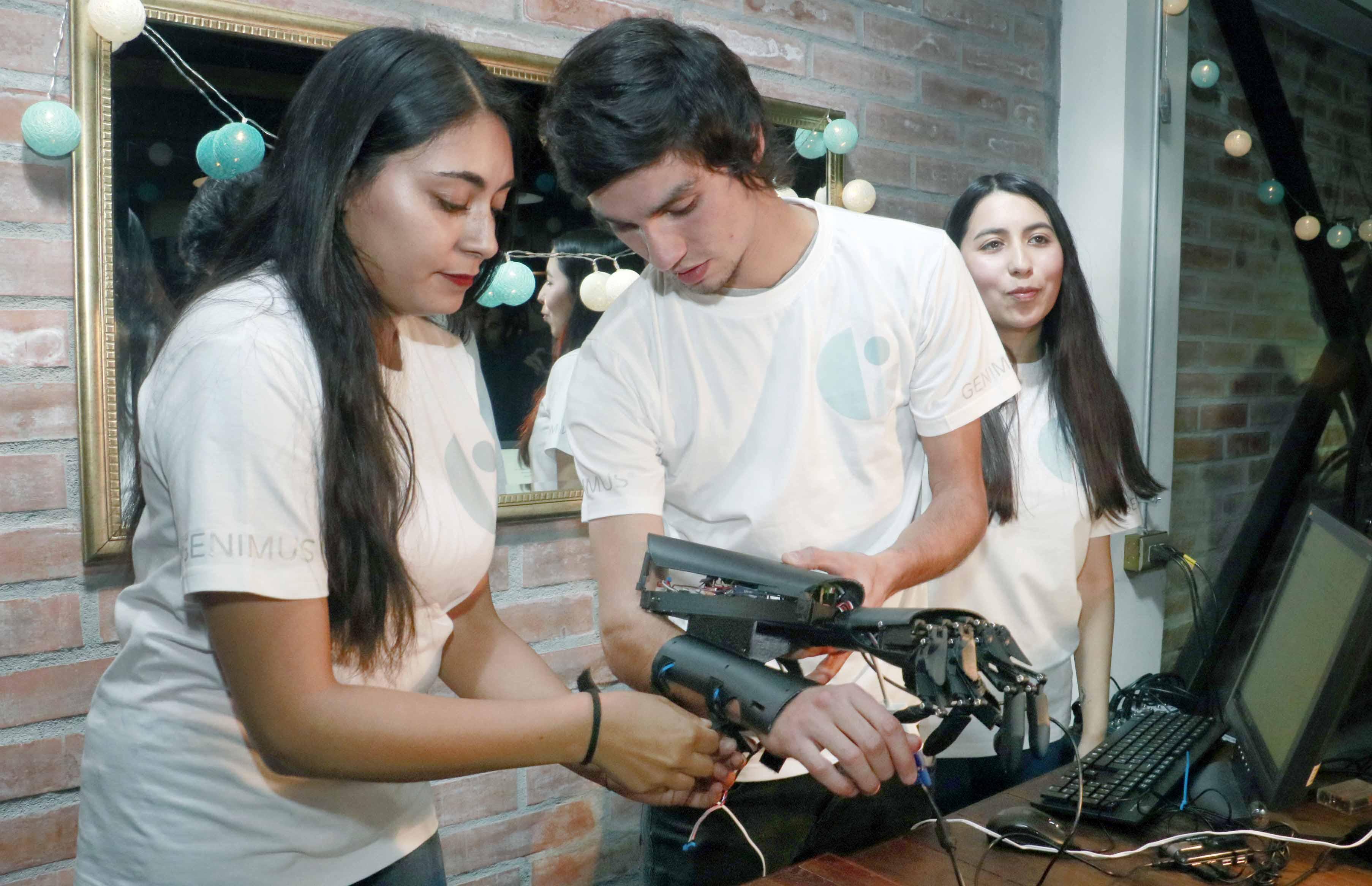 Proyecto apoyado por Incuba UdeC desarrolló prototipo de prótesis con control cerebral