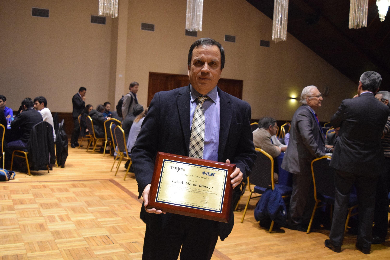 Decano Luis Morán recibió premio internacional del IEEE Latinoamérica