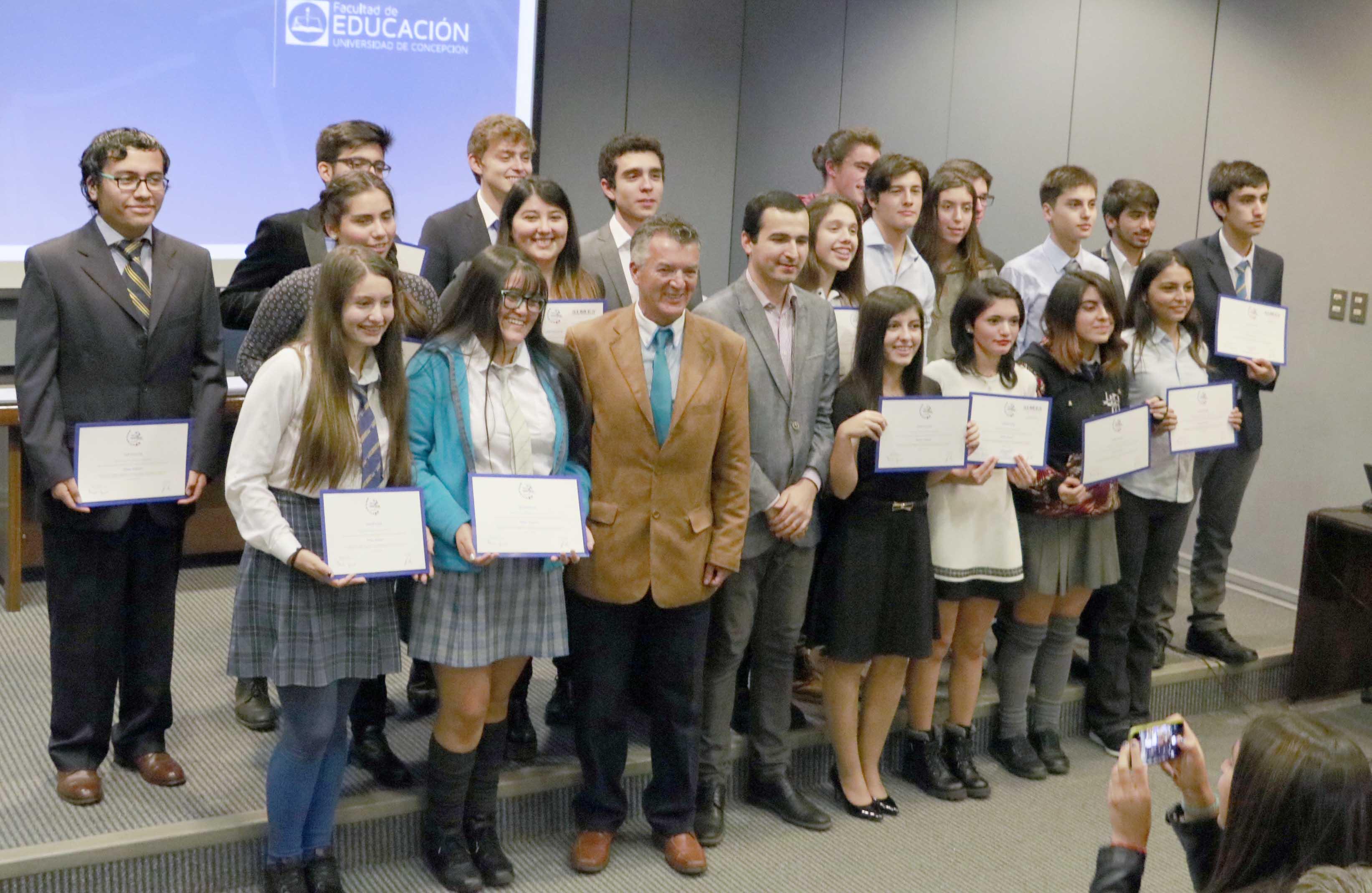 Premian a estudiantes que participaron en concurso de ciencia escolar impulsado por el Cern